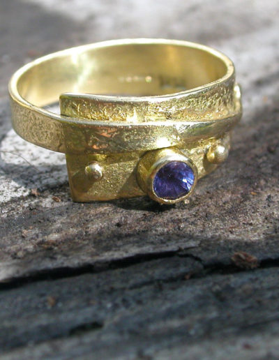 18ct Gold Ring with purple sapphire